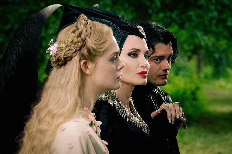 Maleficent - Signora del Male: Elle Fanning, Angelina Jolie e Sam Riley in una scena del film
