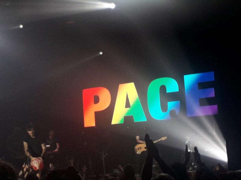 Fabrizio Moro durante Pace, canzone finale del concerto