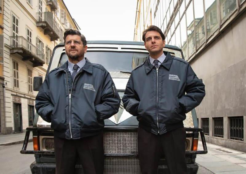 Gli uomini d'oro: Alvise (Fabio De Luigi) e Luigi (Giampaolo Morelli) accanto al furgone portavalori che intendono rapinare