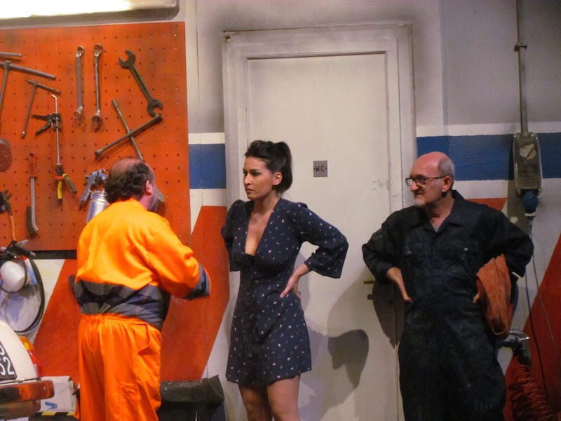 Uomini targati Eva: Pino e Nicola (Giuseppe Cantore ed Enzo Casertano) cercano di consolare Eva (Ramona Gargano), fuori di sé