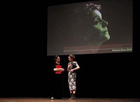 Monica Piseddu sul palco del Piccolo Teatro Grassi per ritirare il prestigioso premio