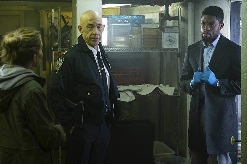 City of Crime: J.K. Simmons, Chadwick Boseman e Sienna Miller in una scena del film