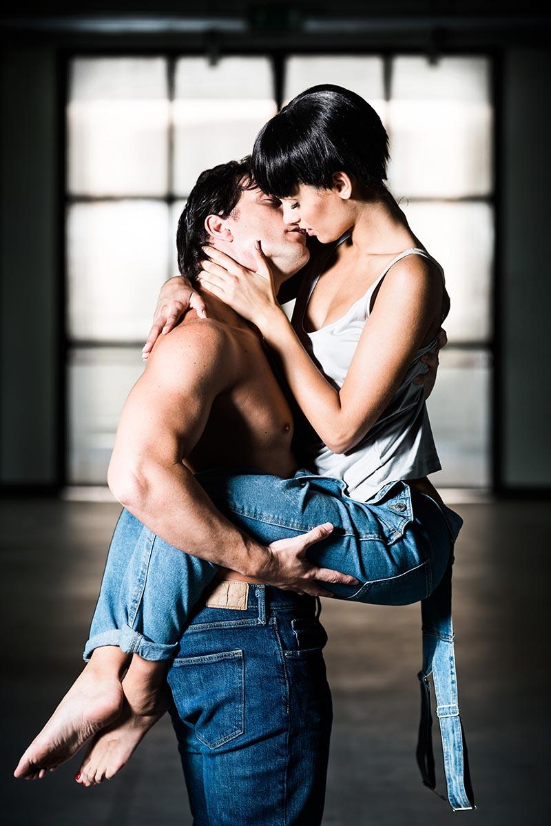 Ghost - Il musical: Mirko Ranù e Giulia Sol in una scena d'amore @foto Attilio Marasco