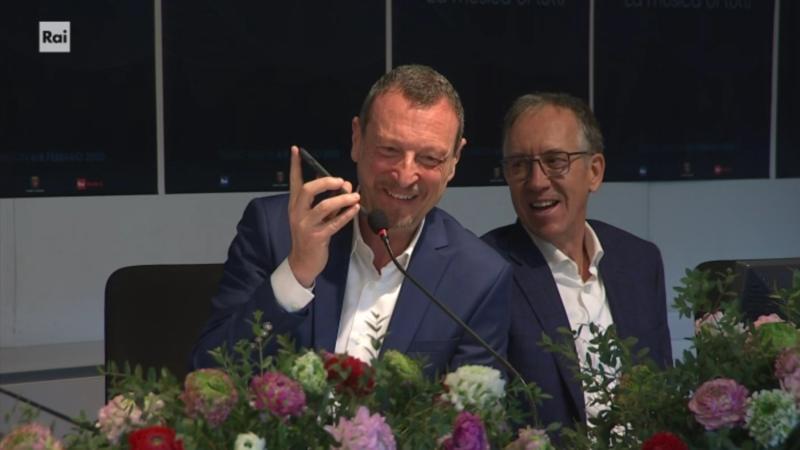Sanremo 2020 - Amadeus al telefono con Roberto Benigni in conferenza stampa quarta serata