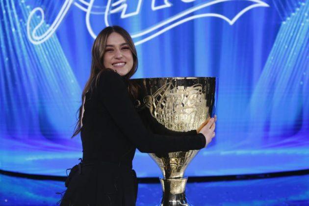 Gaia con il premio- Amici 2020