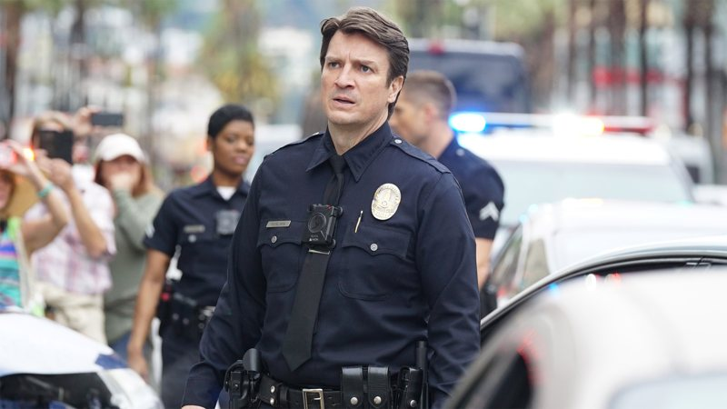 Nathan Fillion in una scena di The Rookie