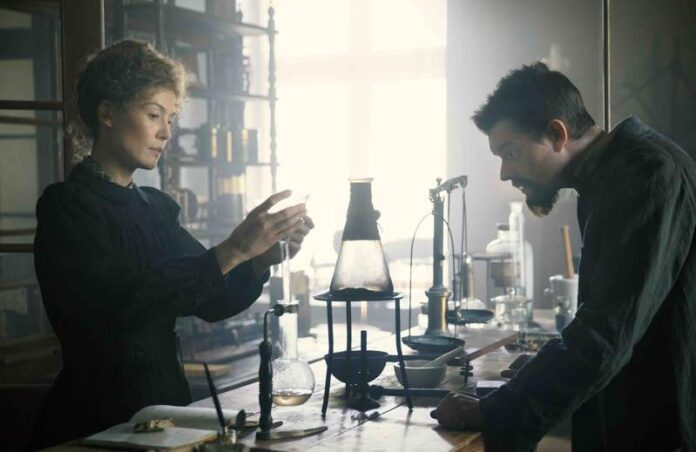 Radioactive - Rosamund Pike e Sam Riley