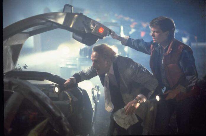 Ritorno al futuro - Marty McFly (Michael J. Fox) e Doc Brown (Christopher Lloyd) in una scena