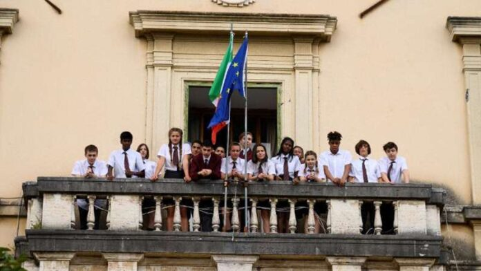 Il Collegio 5 - classe in balcone